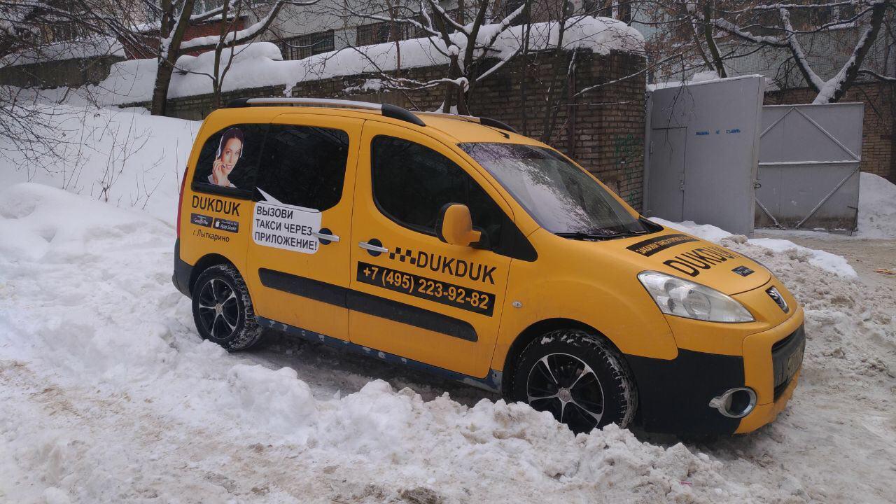 Оклейка жёлтой пленкой и рекламой под такси